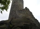 Velká hradní věž je asi 15 metrů vysoká